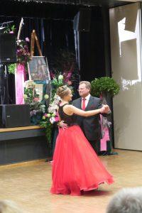 Anna-Lena eröffnet den Ball mit ihrem Papa.